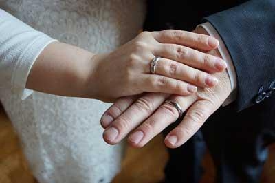 結婚 指輪 男女の手